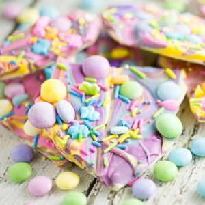 White Chocolate Easter Bark Recipe -Make this super easy, delicious, and adorable White Chocolate Easter Bark recipe in the microwave in just 20 minutes for a fun no bake Easter treat for kids.