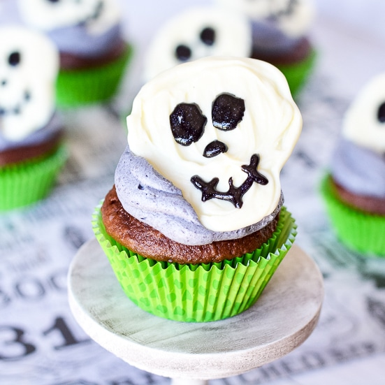 Skeleton Cupcakes - Spooky but fun Skeleton Cupcakes with chocolate skeletons on top of your favorite cupcakes are a perfect easy Halloween treat for kids! These are so cute and easy! My kids will love them!